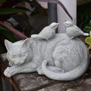 statue de chat avec des oiseaux